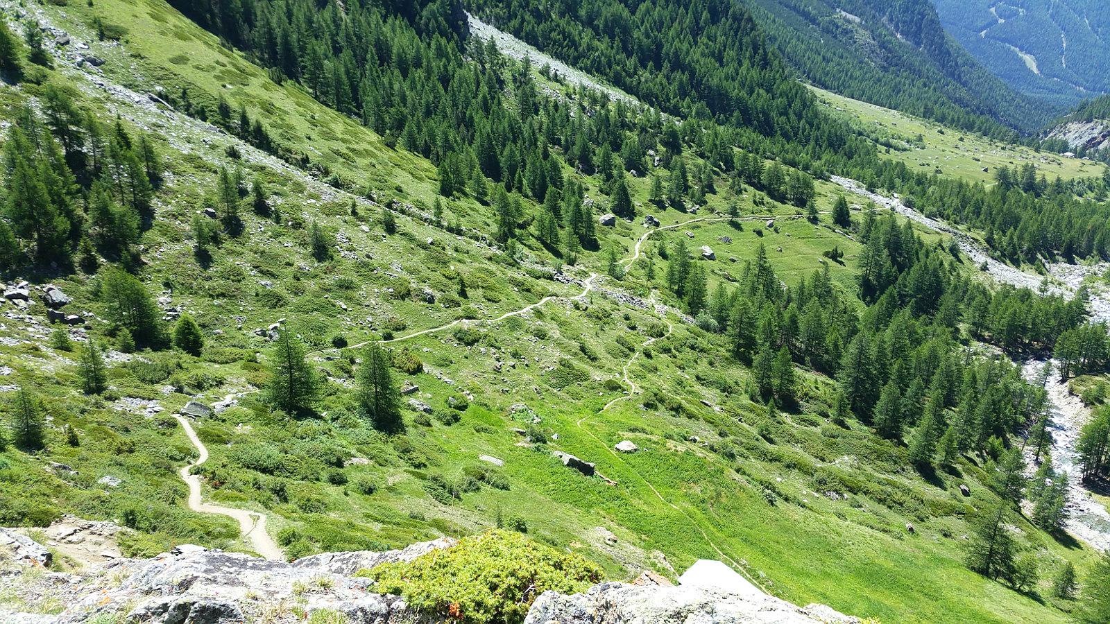 lange Supertrails führen uns ins Tal