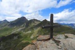 Gipfelkreuz beim Bike Bergsteigen und die Abfahrt ist mit 2000 Tiefenmeter extra lang