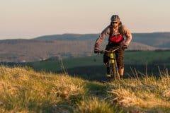 über schöne Wiesen und Wege biken