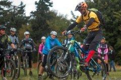 Vorderrad mit dem E-Mountainbike im Training anheben
