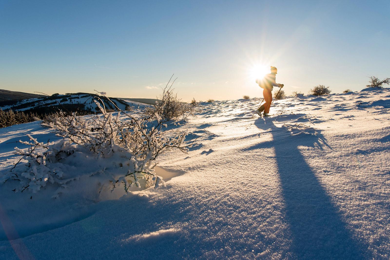 der Sonne entgegen im knirschenden Schnee
