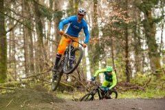 Sprungtechniken für sicheres fahren auf gebauten Mountainbike strecken