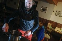 aufwärmen bei heißem Tee auf Nacht Skitour