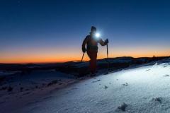 Stirnlampe an auf knirschendem Schnee