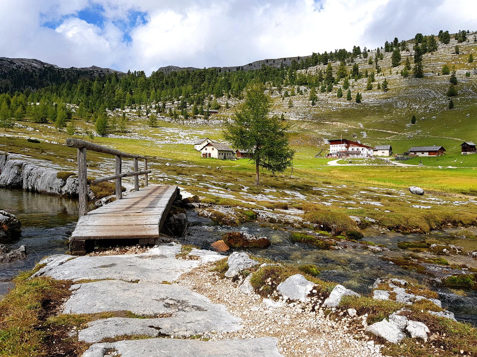 grandiose Bergpanoramen und Hütten begleiten uns