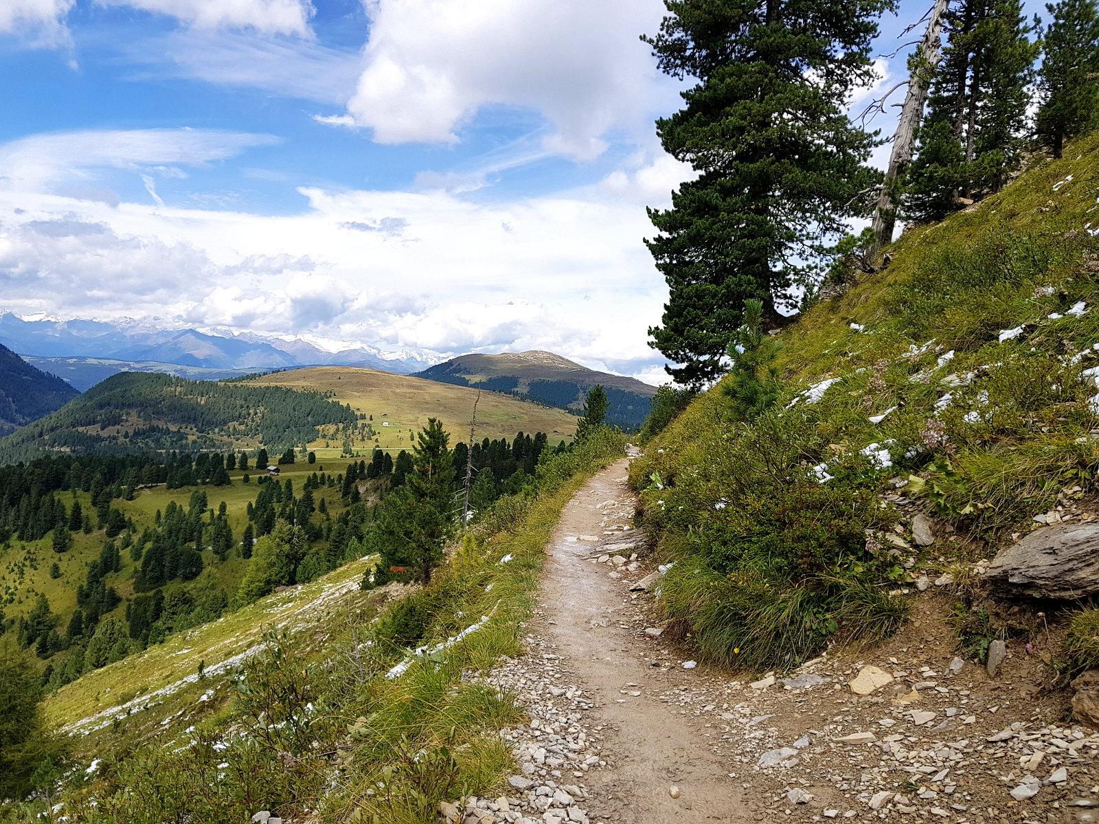 schmale Singletrails in den Dolomiten erwarten uns