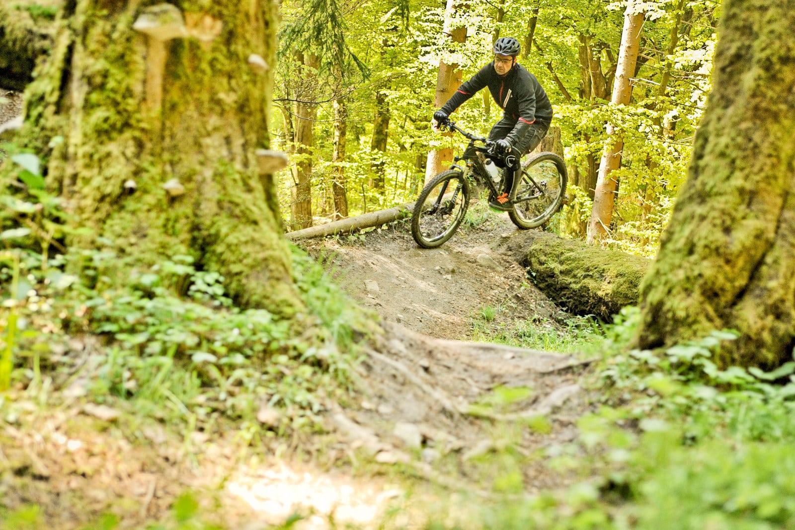 Kurven mit Hindernissen locker biken